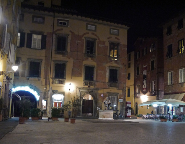 lucca at night 3