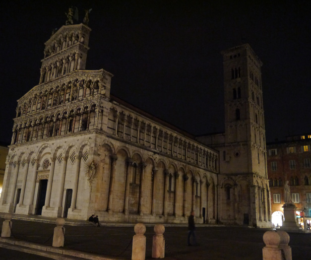 lucca at night Duomo