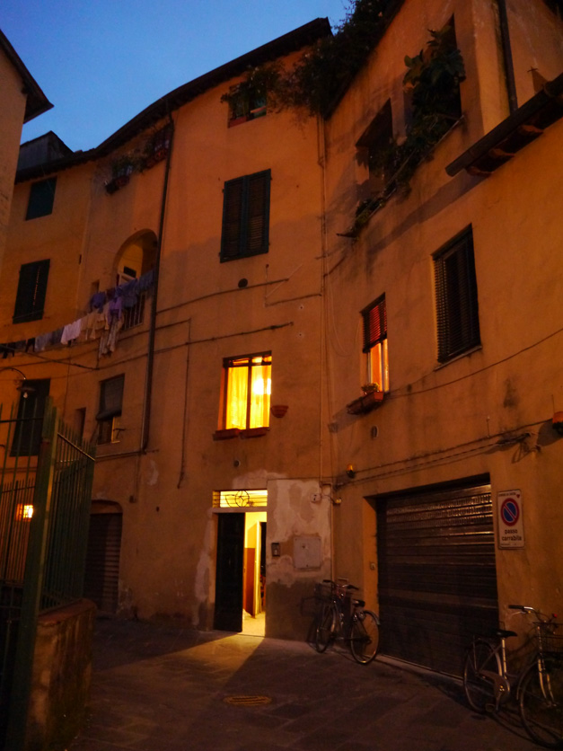 lucca at night 6