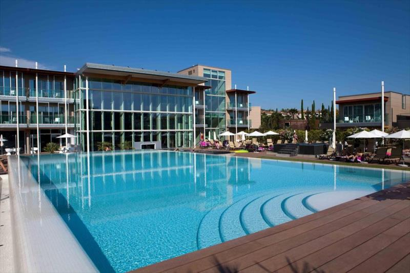 esterno-con-piscina