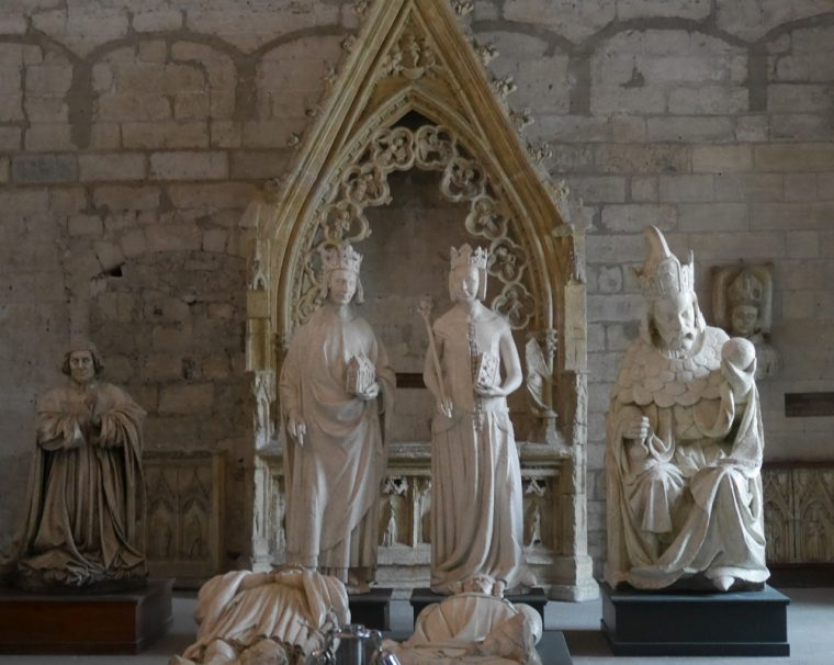 Palais des Papes - statues