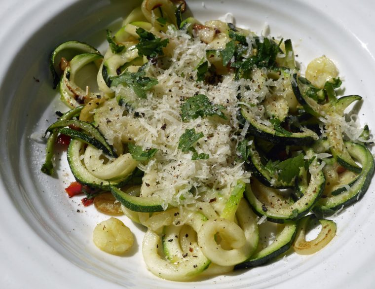 Courgetti with garlic and oil