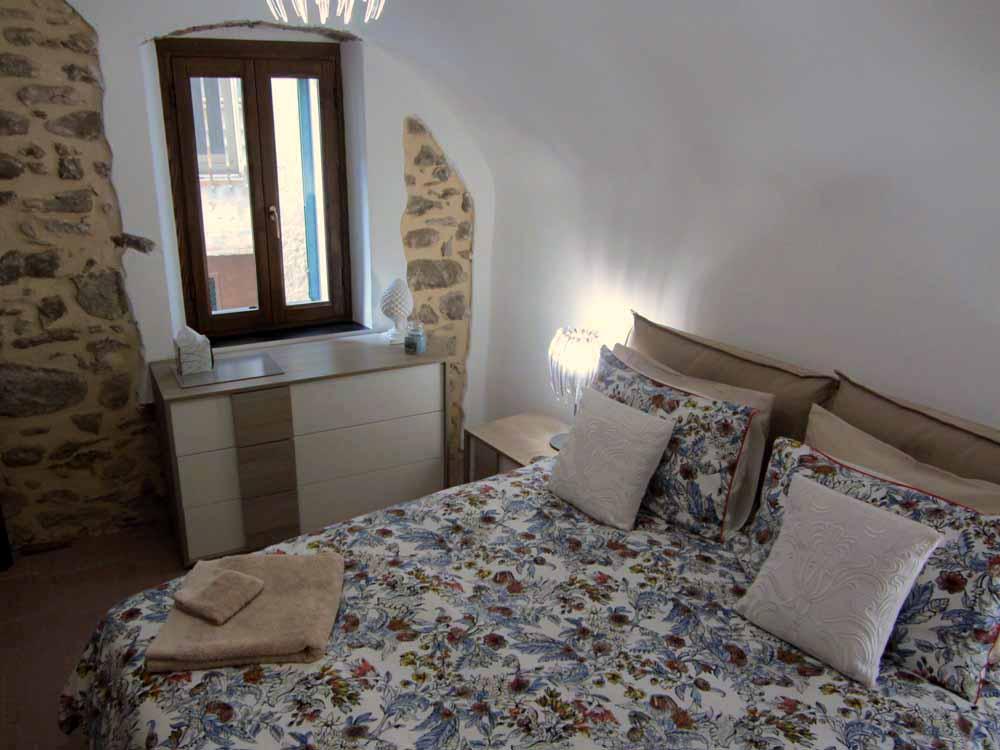 Liguria Holiday homes - exposed walls bedroom