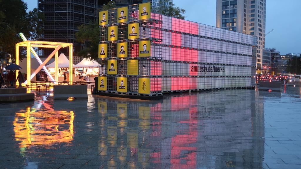 Amnesty light display