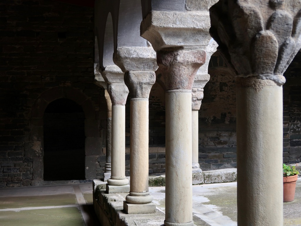 Sant Pere de Casserres - cloister pillars