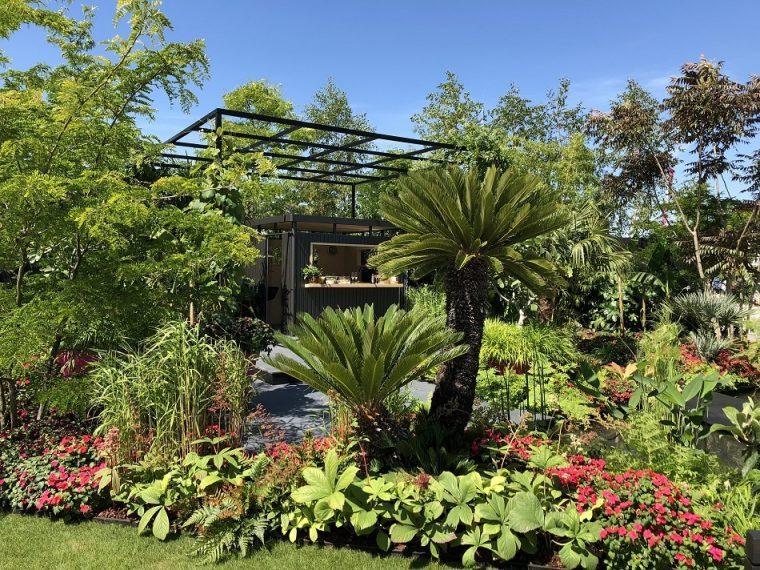 B &Q Bursting Busy Lizzie Garden Hampton Court Flower Show