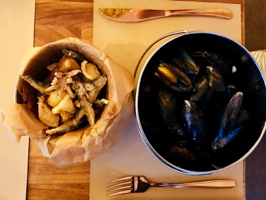 BUCKET restaurant MUSSELS and FRITTO MISTO