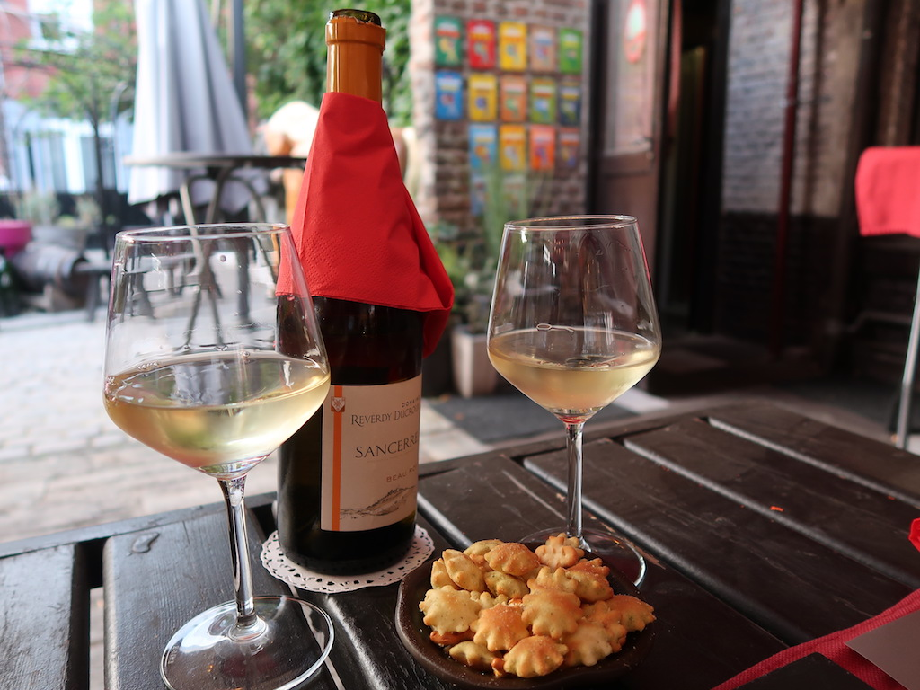 Eating in Liège -Tchantchès & Nanesse - wine