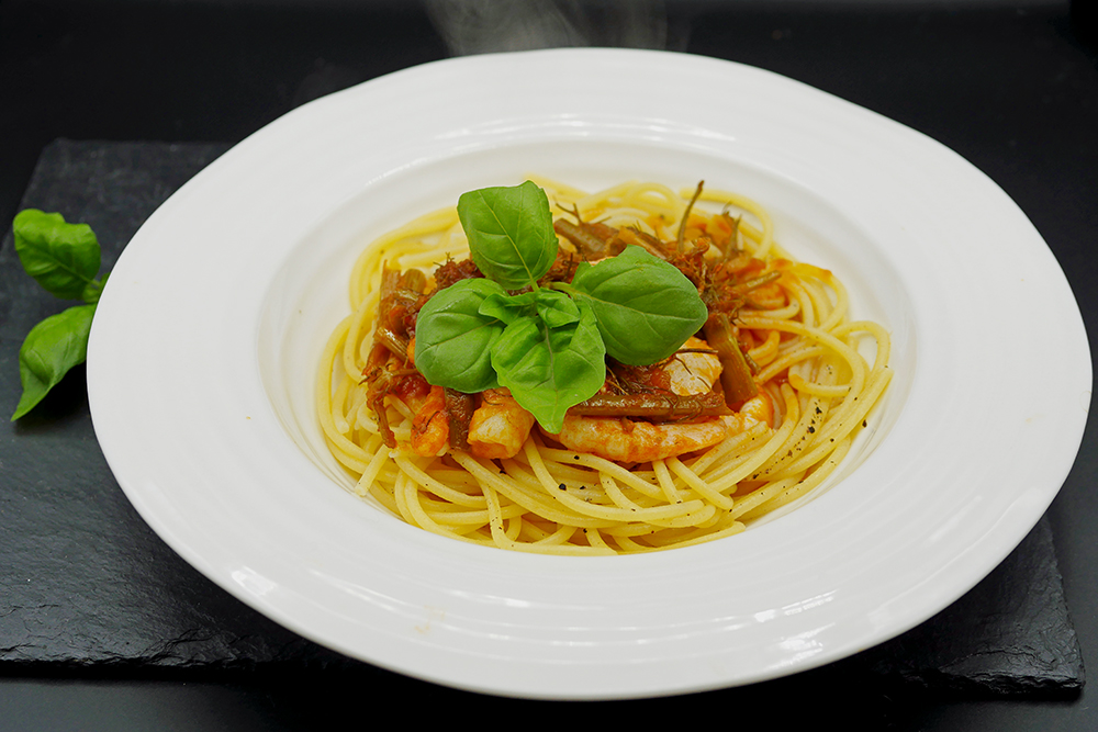 Pasta with prawns, tomato and fennel