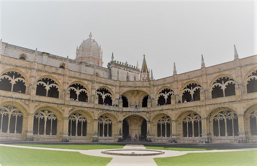 jeronimos monastery courtyard 1