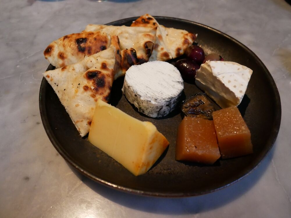 English cheese plate with Naan