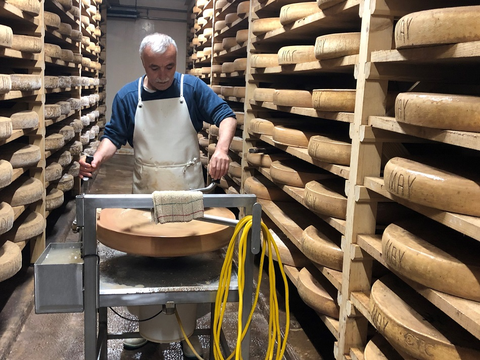 Cheese maker at the Fruitière of Frasne