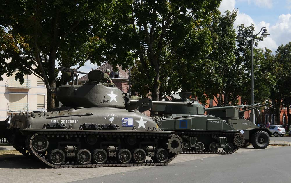 Tanks in Town Mons