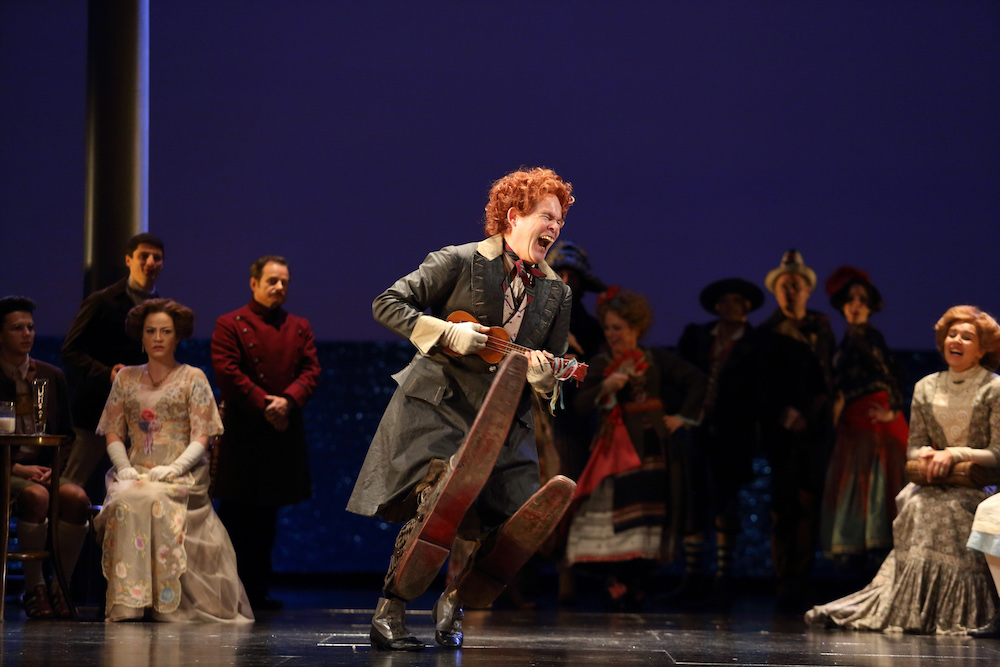 Gerald-Finley-as-the-Leader-of-the-Players-in-Death-in-Venice-c-ROH-2019