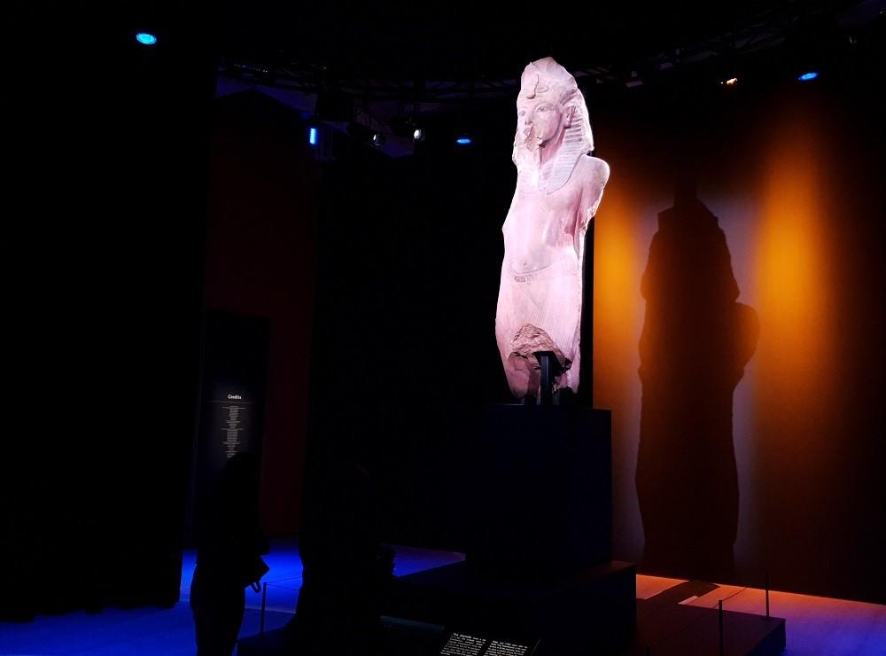 Tutankhamun-Saatchi-Gallery-large-statue-Ay-Horemheb.