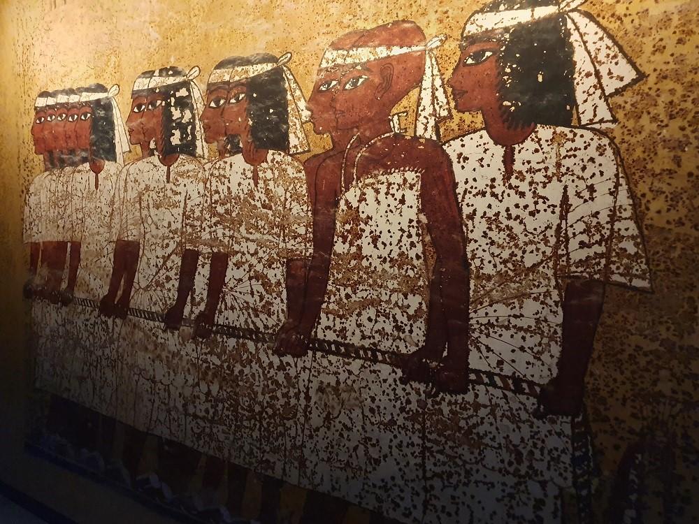 Tutankhamun-Saatchi-Gallery-tomb-wall.