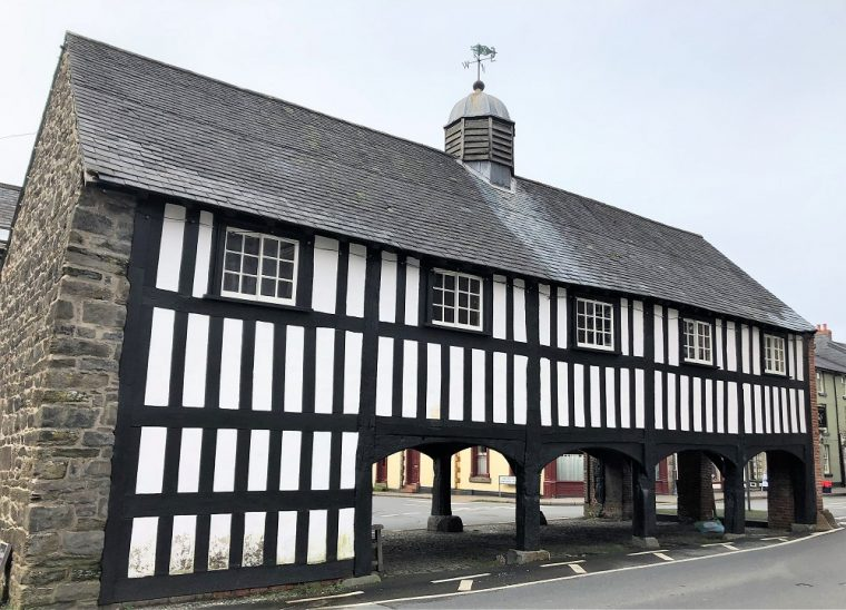 Black and white building in Llanidloes