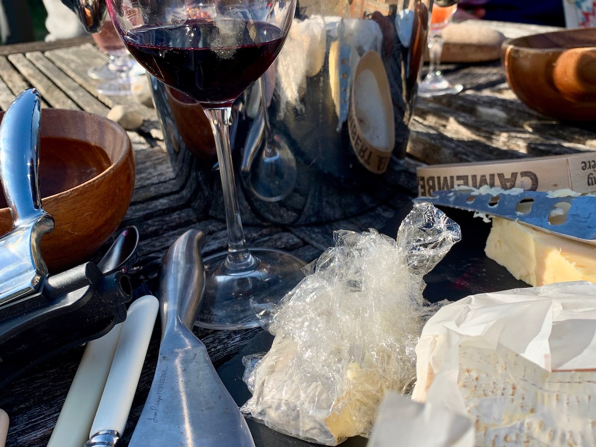 Les Vignobles Foncalieu wine and cheese