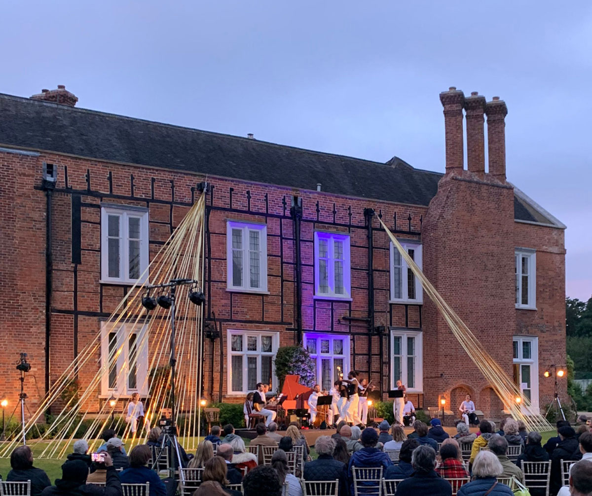 Performance of Dido at the Vache Festival