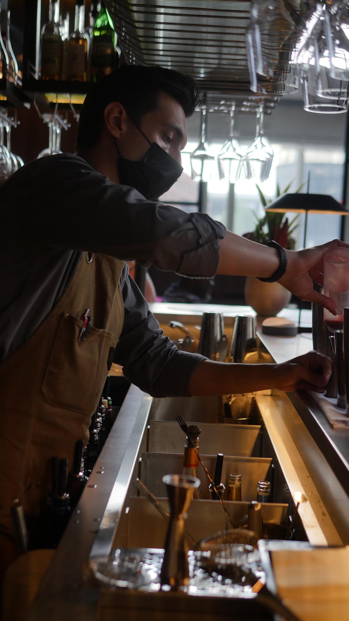 Magenta barman