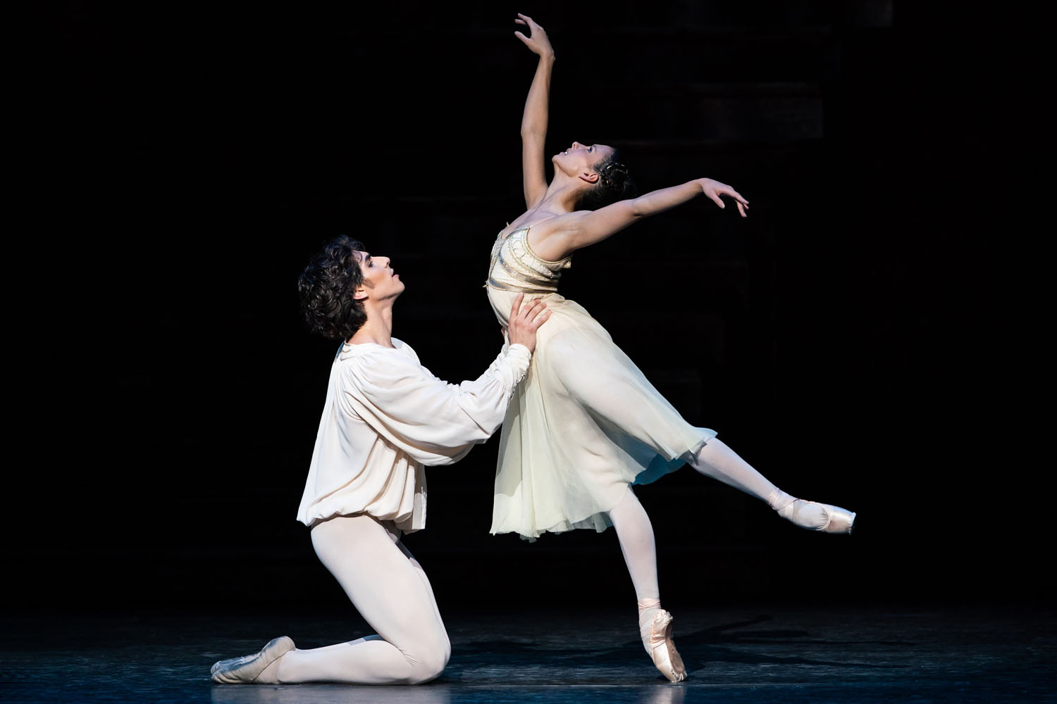Cesar Corrales as Romeo and Francesca Hayward as Juliet in Romeo and Juliet, The Royal Ballet ©2019 ROH. Photograph by Helen Maybanks- s